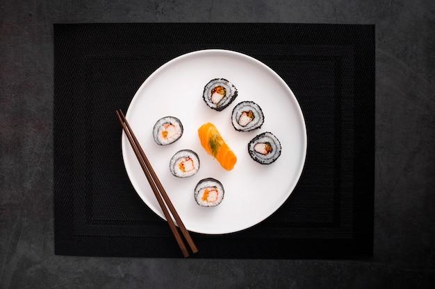 Mieszanka Maki Sushi Z Pałeczkami Na Płasko Darmowe Zdjęcia