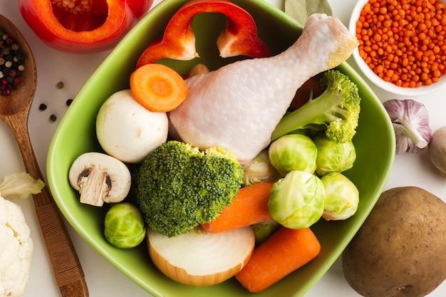 Mieszanka warzyw w misce z udkiem z kurczaka Darmowe Zdjęcia