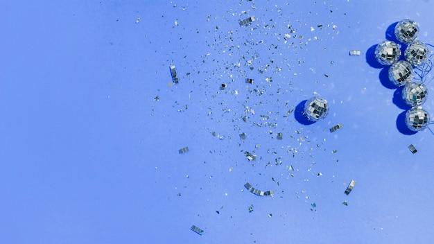 Mieszkanie leżało bombki i brokat na niebieskim tle Darmowe Zdjęcia