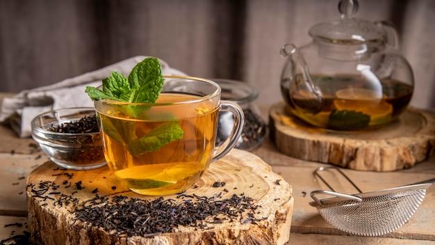 Mięta W Filiżance Z Herbatą Premium Zdjęcia