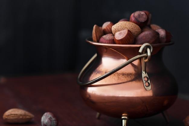 Migdały, Orzechy Włoskie I Orzechy Laskowe W Metalowej Misce Premium Zdjęcia