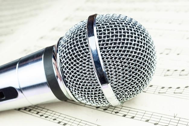 Mikrofon dynamiczny na arkuszu muzycznym Premium Zdjęcia