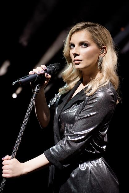 Mikrofon I Wokalistka Z Bliska Premium Zdjęcia