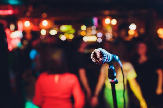 Mikrofon Na Scenie Na Tle Audytorium. Premium Zdjęcia