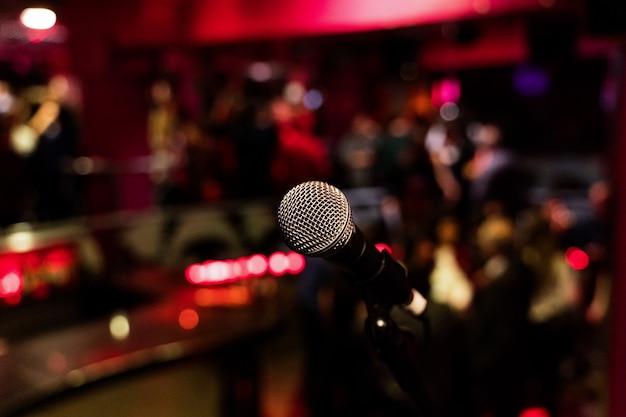 Mikrofon Na Stojącej Komediowej Scenie Z Kolorowym Bokeh Premium Zdjęcia