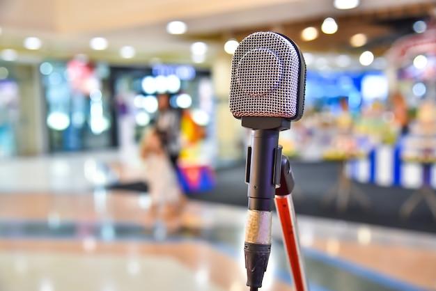 Mikrofon Na Streszczenie Rozmazanej Przestrzeni Spotkania I Występów Scenicznych Premium Zdjęcia