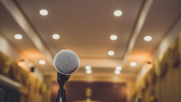 Mikrofon Onbstract Rozmazany W Sali Seminaryjnej Lub Mówiącej Sali Konferencyjnej, Wydarzenie Premium Zdjęcia