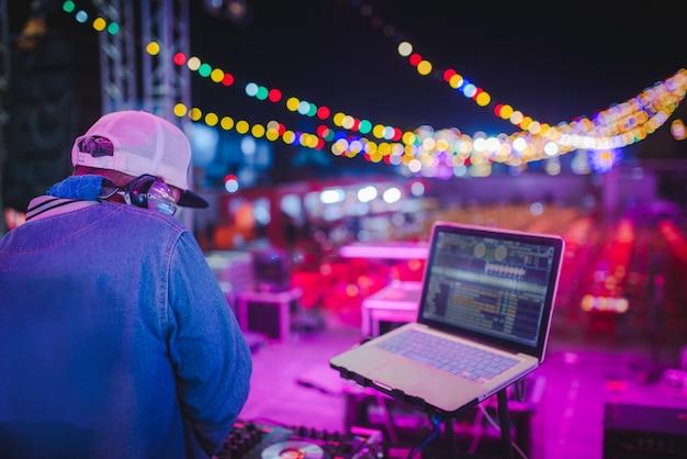 Miksuj ścieżki Dj-a W Klubach Nocnych Na Imprezach, Najlepsza Gra Dj, Słynne Odtwarzacze Cd W Klubach Nocnych Podczas Imprezy Edm, Pomysły Na Imprezy Premium Zdjęcia