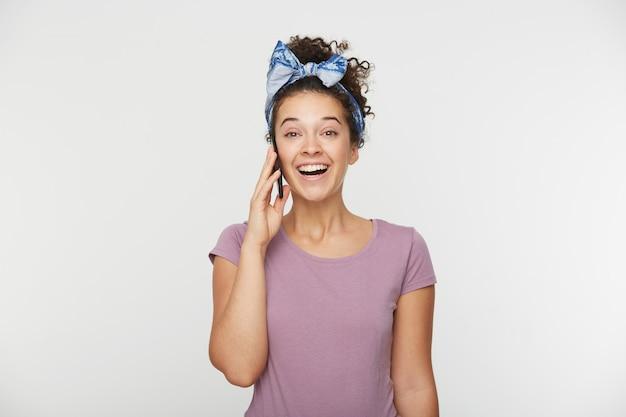 Miła, Urocza Atrakcyjna Brunetka Rozmawiająca Z Kimś Przez Telefon Otrzymuje Dobre Wieści Darmowe Zdjęcia