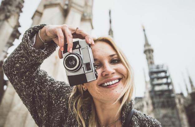 Milan, Kobieta Na Wycieczce Na Szczycie Katedry Premium Zdjęcia