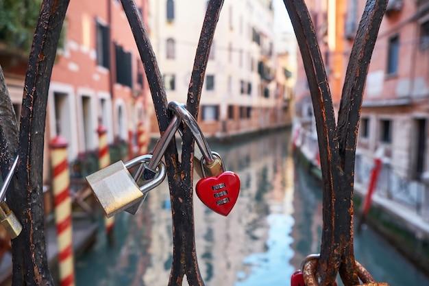 Miłość Blokuje Na Moście W Wenecji, Włochy. Premium Zdjęcia