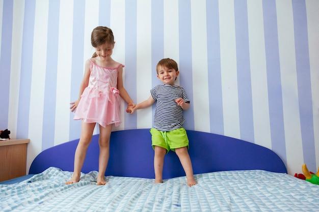 Miłość Między Dwojgiem Rodzeństwa Premium Zdjęcia