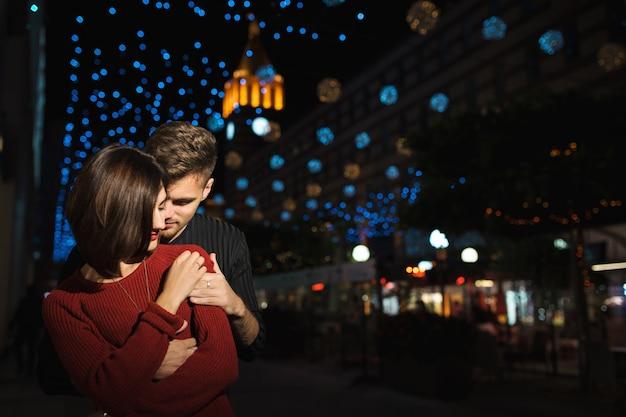 Miłość Para W Mieście W Nocy. Premium Zdjęcia