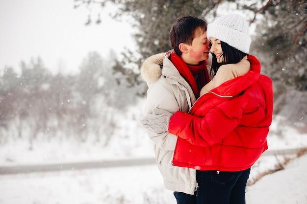 Miłości para spaceru w parku zimowym Darmowe Zdjęcia