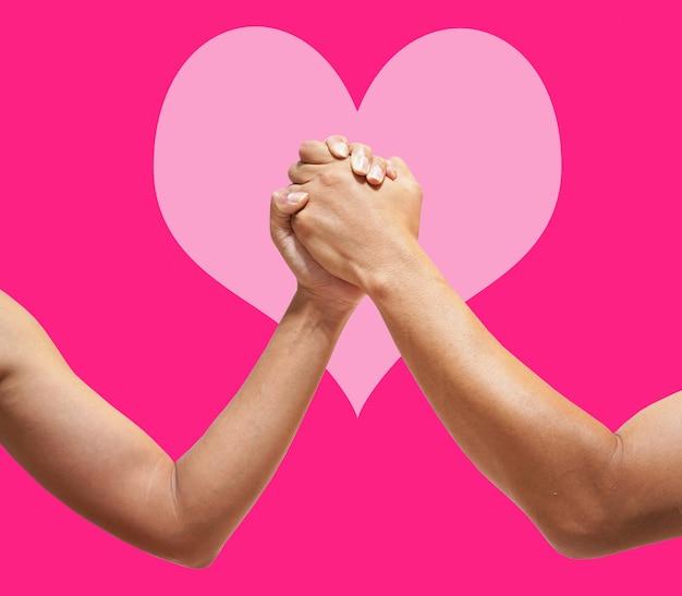 Miłości Para Trzymając Się Za Ręce Z Bliska Na Różowym Sercu Premium Zdjęcia