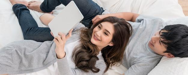 Miłośnicy Korzystający Z Cyfrowego Tabletu W Nowoczesnym Domu Premium Zdjęcia