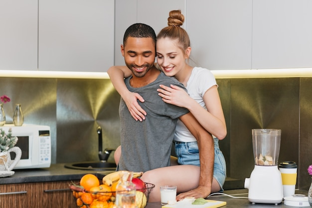 Miłośnicy Przytulania Się W Kuchni Uwielbiają Atmosferę. Para Flirtuje W Domu Ubrania. Delikatne Oczy, Ciepły Związek. Darmowe Zdjęcia