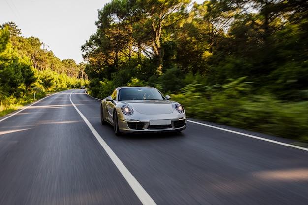 Mini coupe w kolorze srebrnym na drodze. Darmowe Zdjęcia