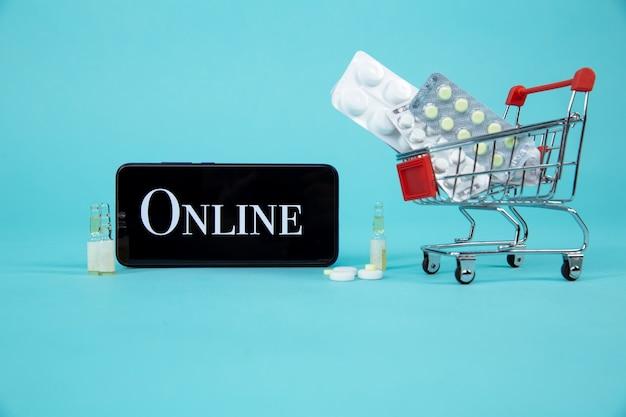 Mini Koszyk Pełen Leków Homeopatycznych Na Tle Laptopa. Homeopatia I Koncepcja Zakupów Online W Internecie. Premium Zdjęcia