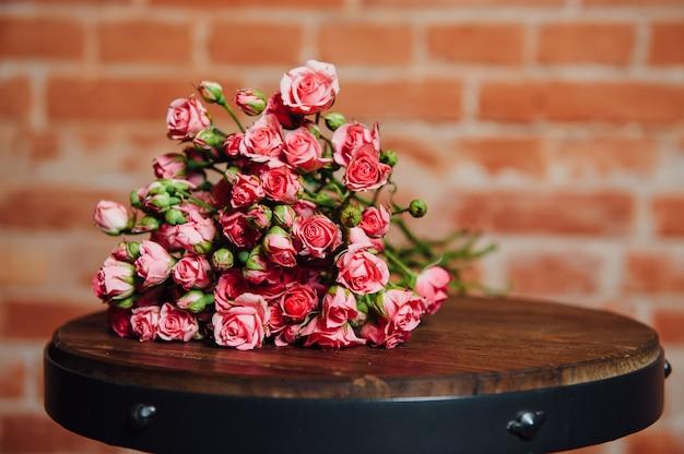 Mini Róże Na Rocznik Drewnianej Powierzchni Premium Zdjęcia