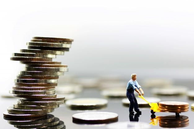 Miniatura monety transportowej robotnika na najwyższy stos Premium Zdjęcia