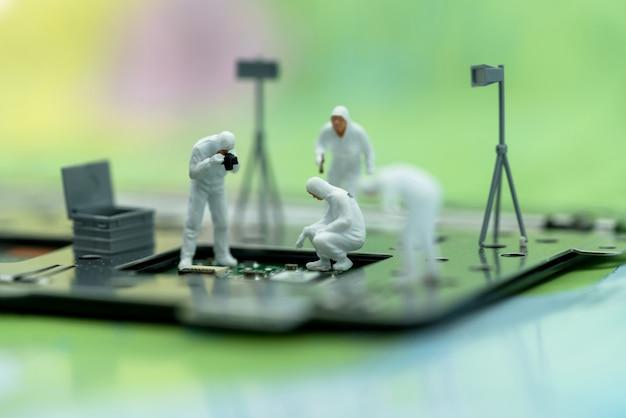Miniatura Osób Poszukujących Błędów Na Mikroczipie Premium Zdjęcia