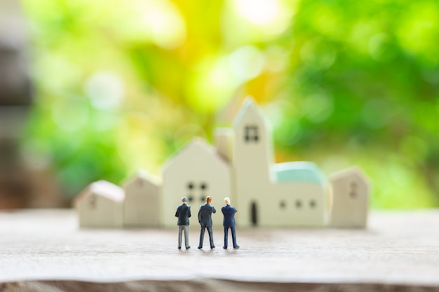 Miniaturowi ludzie biznesmenów stoi z plecy negocjuje w biznesie. Premium Zdjęcia