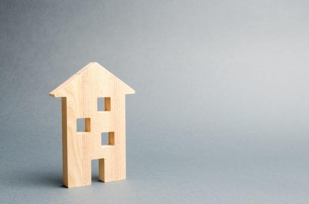 Miniaturowy Drewniany Dom Na Szarym Tle. Premium Zdjęcia