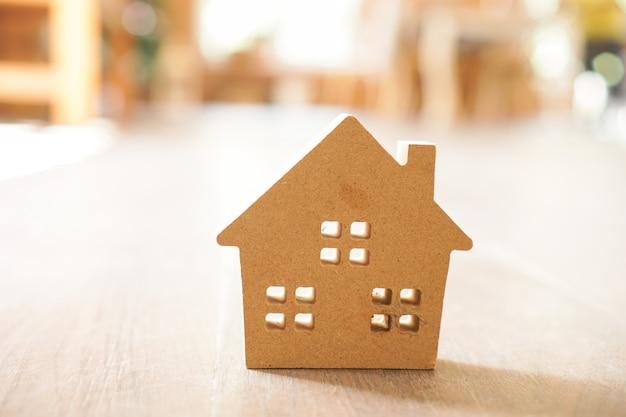 Miniaturowy Model Drewnianego Domu Na Drewnie Premium Zdjęcia