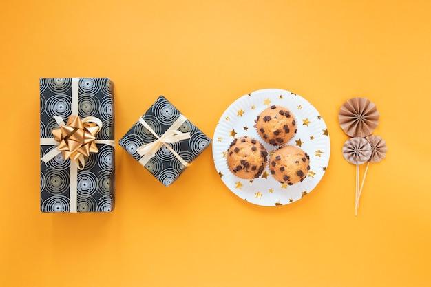Minimalistyczna Aranżacja Z Prezentami Urodzinowymi I Babeczkami Darmowe Zdjęcia