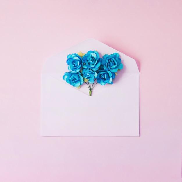 Minimalna Koperta Na Makietę Z Niebieskimi Kwiatami Darmowe Zdjęcia