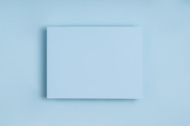 Minimalna Ramka Niebieskiego Papieru Na Delikatnym Pastelowym Tle. Premium Zdjęcia