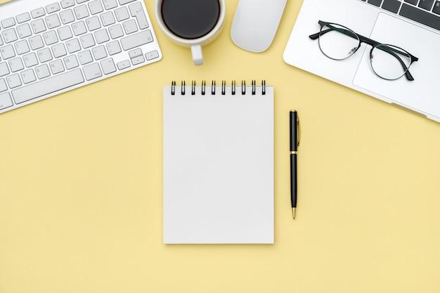 Minimalne Miejsce Pracy Z Laptopem I Pustym Notatnikiem Premium Zdjęcia