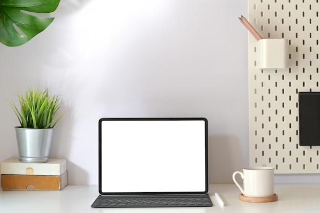 Minimalne miejsce pracy z makiety pusty tablet z ekranem Premium Zdjęcia