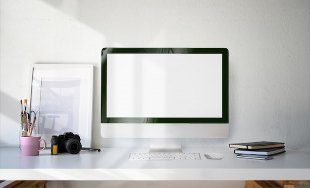 Minimalny komputer stacjonarny pusty ekran, plakat i materiały eksploatacyjne Premium Zdjęcia
