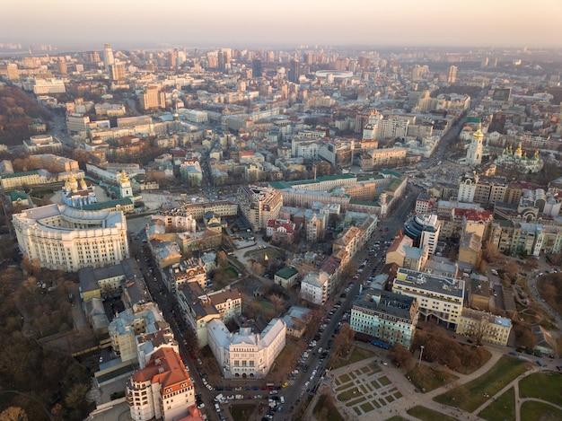 Ministerstwo Spraw Wewnętrznych, Wieża Sofievskaya I Plac, Katedra św. Michała, Centrum Miasta I Vladimirsky Proyezd W Kijowie Na Ukrainie. Zdjęcie Drone Premium Zdjęcia