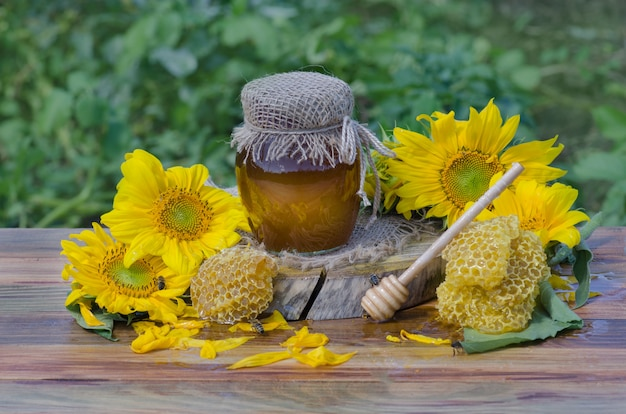 Miód W Szklanych Słoikach I Zachodnia Pszczoła Miodna. Pszczoła Miodna O Naturze. Miód Z Latającą Pszczołą Miodną Premium Zdjęcia