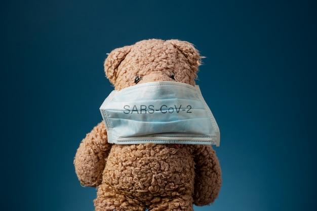 Miś Z Maską Ochronną Sars-cov-2 Premium Zdjęcia