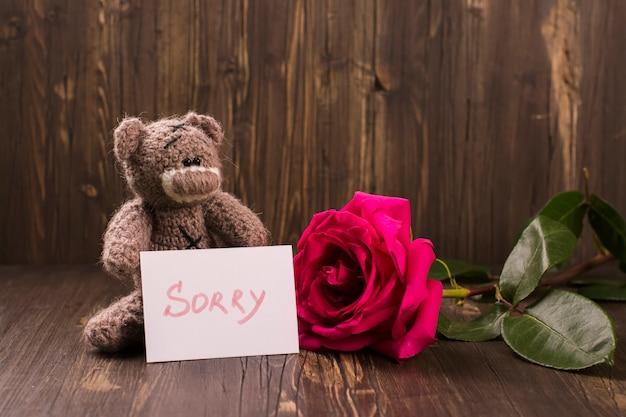 Miś z piękną różową różą. Premium Zdjęcia