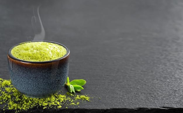 Miseczka Niebieskiego Z Zieloną Matchą, Obok Na Stole Liście Herbaty I Sproszkowana Herbata Darmowe Zdjęcia