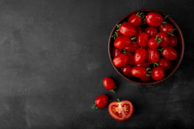 Miska Pomidorów Po Prawej Stronie Na Czarnej Powierzchni Darmowe Zdjęcia