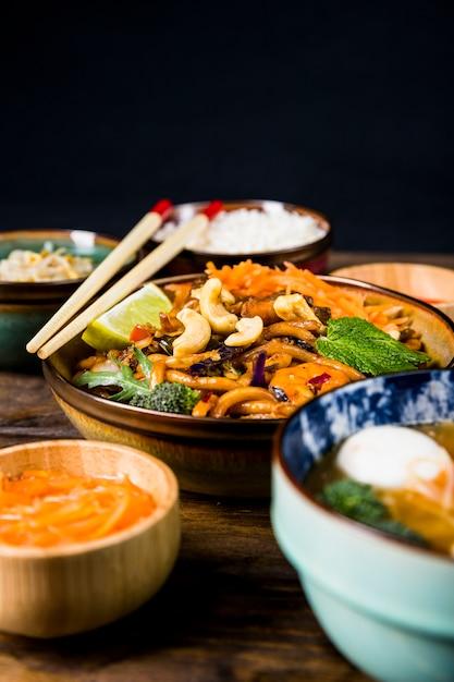 Miska tajskiego makaronu udon z orzechami; brokuły; polewy cytrynowe i miętowe Darmowe Zdjęcia
