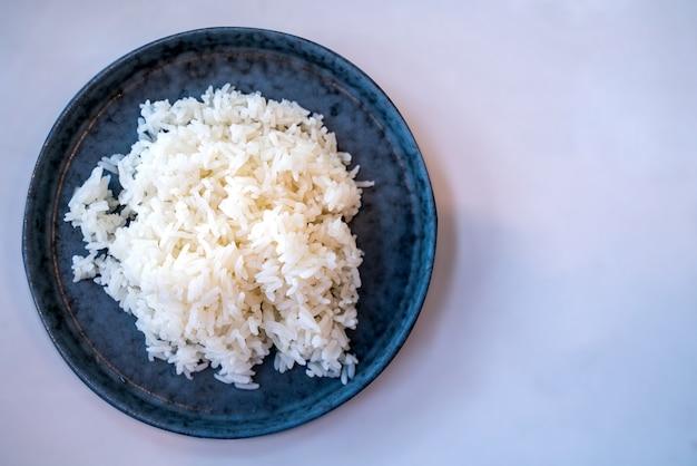 Miska Z Gotowanego Białego Ryżu Z Bliska Premium Zdjęcia