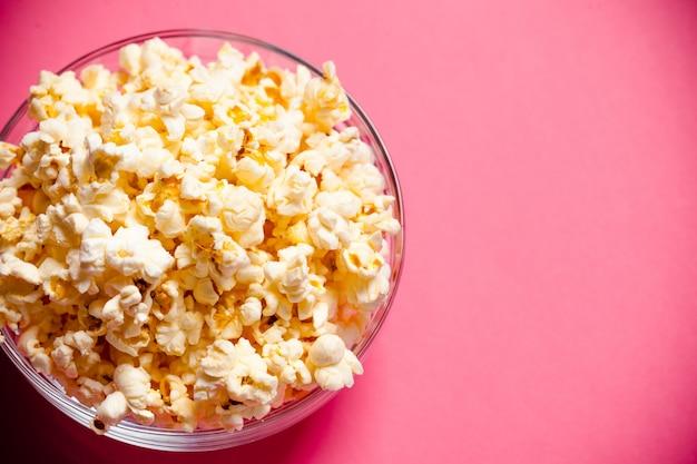 Miska z popcornem na czerwonym tle Premium Zdjęcia