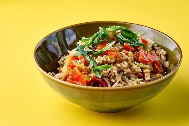 Miska Ze Smażonym Ryżem I Warzywami. Tradycyjne Chińskie Jedzenie. Poziomy Widok Na żółto Premium Zdjęcia