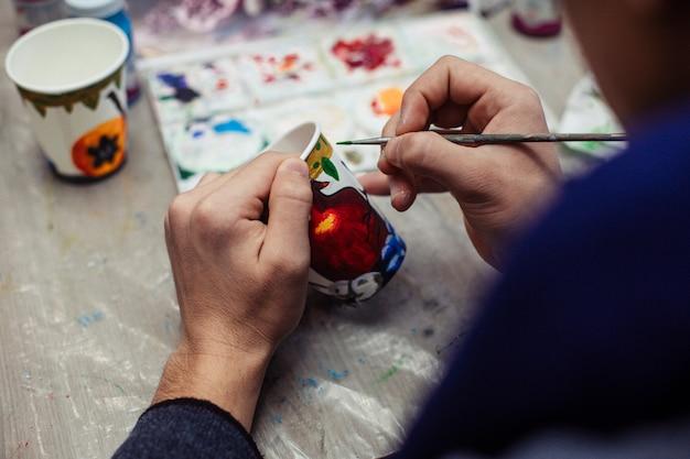 Mistrz Malowania Na Plastikowym Kubku Darmowe Zdjęcia