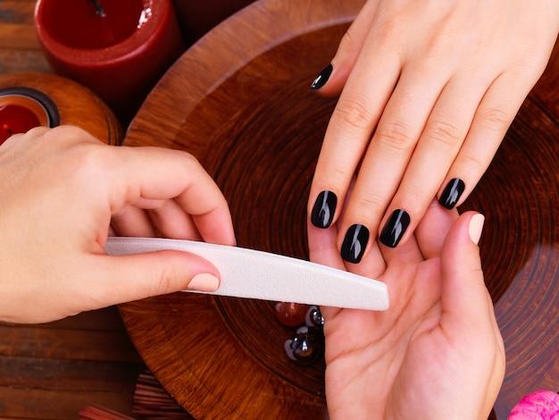 Mistrz Manikiurzystki Sprawia, że Manicure Na Rękach Kobiety - Koncepcja Leczenia Uzdrowiskowego Darmowe Zdjęcia