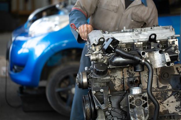 Mistrz Mechanik Samochodowy Naprawia Silnik Samochodu Na Stacji Paliw Premium Zdjęcia