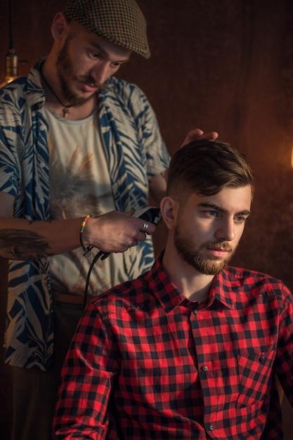 Mistrz Obcina Włosy I Brodę Mężczyznom Premium Zdjęcia