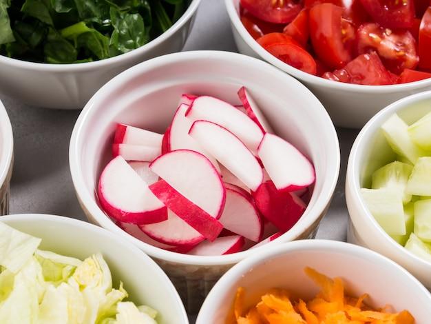 Mix misek warzywnych na sałatkę lub przekąski na szaro Premium Zdjęcia